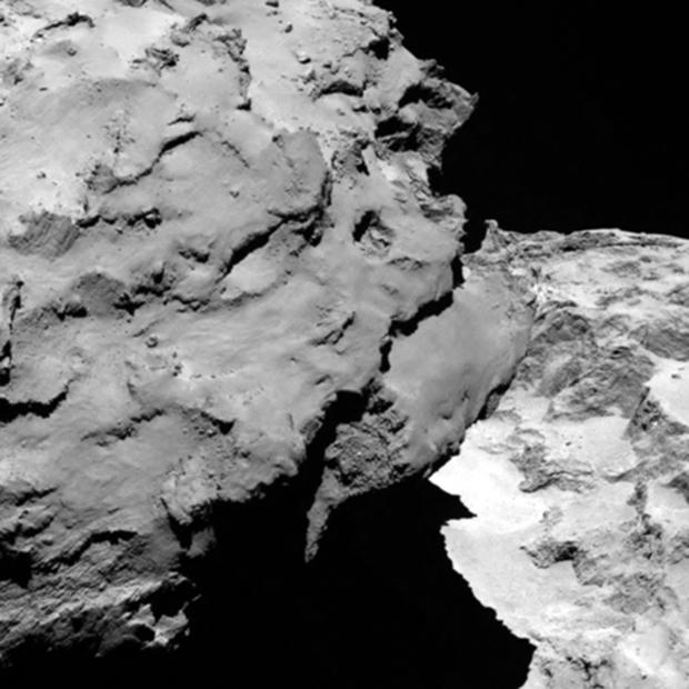 Le noyau de 67P imagé par la caméra OSIRIS-NAC le 6 août 2014 à 120 km de distance ; la résolution est de 2,2 m/pixel. Crédits : ESA/Rosetta/MPS for OSIRIS Team  MPS/UPD/LAM/IAA/SSO/INTA/UPM/DASP/IDA.