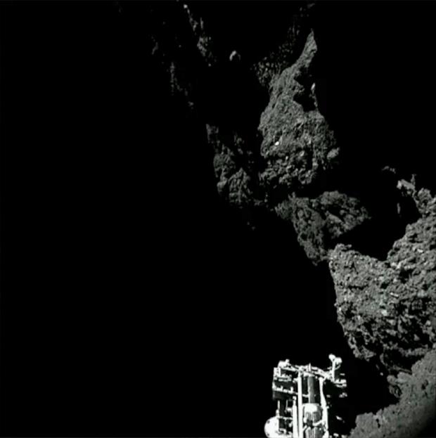 Image brute provenant de la caméra 3 de CIVA ; prise le 13 novembre 2014. L'un des pieds de Philae est visible au premier plan. Crédits : ESA/Rosetta/Philae/CIVA.
