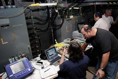 Equipes au travail à l'intérieur de la plate-forme de lancement mobile en Floride. Crédits : NASA/Kim Shiflett