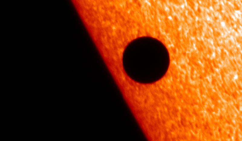 Exemple de transit planétaire, cette fois-ci à l'intérieur du système solaire avec la planète Mercure qui passe devant le Soleil en 2006. Crédits : ESA/Solar Optical Telescope (SOT).