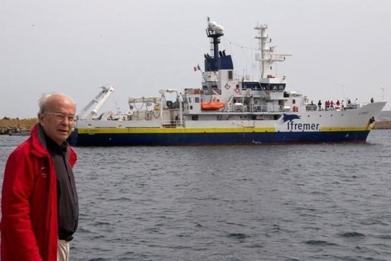 Bernard Decré in front of Ifremer's vessel the Suroit during the search campaign conducted in July 2011. Credits: Association La recherche de l'Oiseau Blanc.