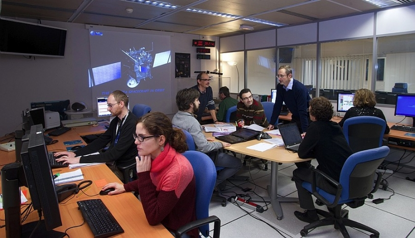 Philippe Gaudon and his team at the SONC, one of the four Rosetta mission centres, hosted at CNES's Toulouse Space Centre. Credit: CNES / E. Grimault.