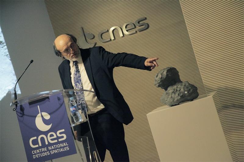 Michel Viso, responsable des programmes d'exobiologie, présente la comète 67P/Churyumov-Gerasimenko. Crédits : CNES/S. Charrier.