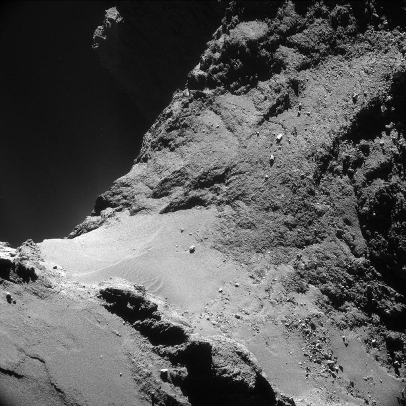Le noyau de la comète 67P. Image prise le 18 octobre 2014 par la NavCam à près de 7,8 km de la surface (résolution de 66 cm/pixel environ ; champ de 680 m de côté ; pose de 6 s). Crédits : ESA/Rosetta/NavCam.