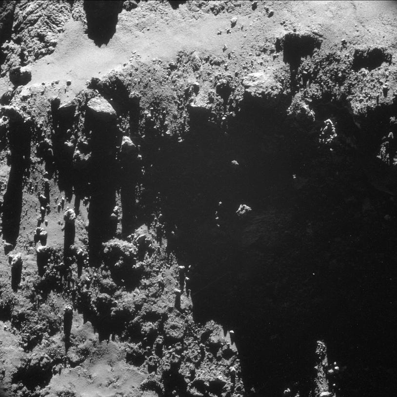 Le noyau de la comète 67P. Image prise le 18 octobre 2014 par la NavCam à près de 7,9 km de la surface (résolution de 67 cm/pixel environ ; champ de 690 m de côté ; pose de 6 s). Crédits : ESA/Rosetta/NavCam.