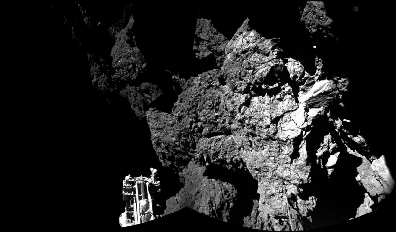 Gros plan réalisé au sol par 2 des caméras de CIVA. Au premier plan, l'un des 3 pieds de Philae est reconnaissable, calé contre la paroi qui a sans doute arrêté la dérive de l'atterrisseur. Crédits : ESA/Rosetta/Philae/CIVA.
